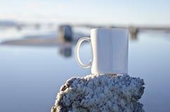 Caneca de café branco vazia em um cargo salgado Fotos de Stock Royalty Free