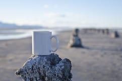 Caneca de café branco vazia longa em um cais velho Foto de Stock Royalty Free