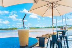 Caneca de café colocada na tabela em exterior fotografia de stock