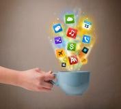 Caneca de café com ícones coloridos dos meios Fotos de Stock