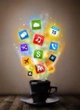 Caneca de café com ícones coloridos dos meios Fotografia de Stock