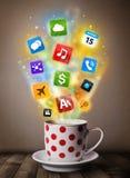 Caneca de café com ícones coloridos dos meios Imagens de Stock Royalty Free