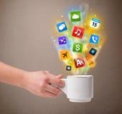 Caneca de café com ícones coloridos dos meios Foto de Stock Royalty Free