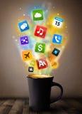 Caneca de café com ícones coloridos dos meios Fotos de Stock Royalty Free