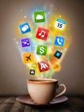 Caneca de café com ícones coloridos dos meios Foto de Stock