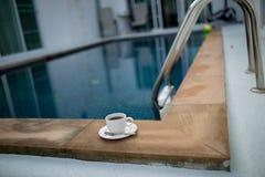 Caneca de café com associação Fotos de Stock Royalty Free