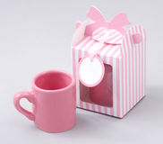 Caneca de café com caixa de presente Fotos de Stock Royalty Free