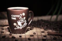 Caneca de café com feijões Imagem de Stock Royalty Free