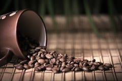 Caneca de café com feijões Fotografia de Stock