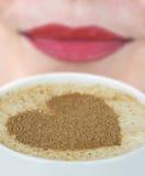 Caneca de café com forma do coração na espuma imagem de stock royalty free