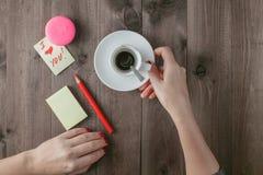 Caneca de café com marca do batom e uma nota Foto de Stock