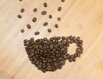 Caneca de café de feijões de café na placa de madeira Foto de Stock