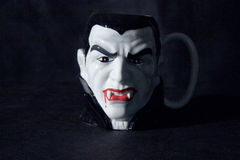 Caneca de café do vampiro Foto de Stock