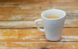 caneca de café em de madeira Imagens de Stock Royalty Free