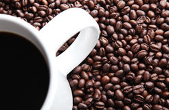 Caneca de café em feijões de café frescos Fotografia de Stock