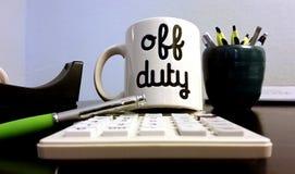 Caneca de café fora de serviço no escritório Imagens de Stock Royalty Free