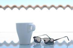 Caneca de café moderna fora com vidros de Sun fotos de stock royalty free