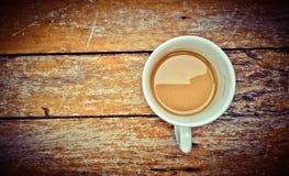 Caneca de café na madeira Fotos de Stock Royalty Free