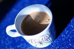 Caneca de café na tabela azul Imagens de Stock