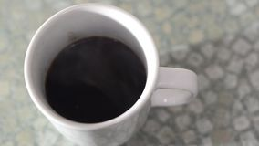 Caneca de café preto video estoque
