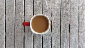 Caneca de café na tabela de madeira do vintage velho do whie Imagens de Stock Royalty Free