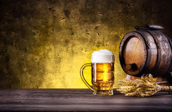 Caneca de cerveja com espuma e tambor imagens de stock royalty free