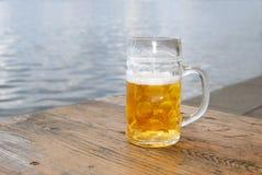 Caneca de cerveja completa fotografia de stock