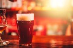 Caneca de cerveja do ofício na barra fotos de stock royalty free