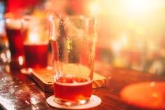 Caneca de cerveja do ofício na barra imagem de stock