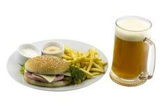 Caneca de cerveja e de um hamburguer imagens de stock