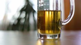 Caneca de cerveja meio vazia na tabela vídeos de arquivo