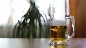 Caneca de cerveja meio vazia na tabela filme