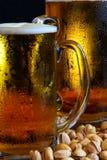 Caneca de cerveja na tabela Fotos de Stock