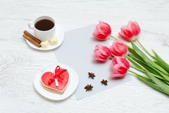 Caneca de chá e de maçã madura entre a maçã da flor em um backgr de madeira Imagens de Stock