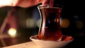 Caneca de chá turco em uma bandeja de prata vídeos de arquivo
