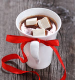 Caneca de chocolate quente ou de cacau com marshmallows Imagens de Stock