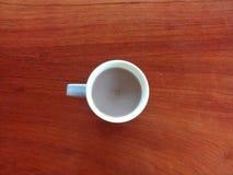 Caneca de leite de chocolate escuro na tabela de madeira imagem de stock royalty free