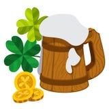 Caneca de madeira da espuma da cerveja, três moedas de ouro com trevo de quatro folhas Foto de Stock Royalty Free