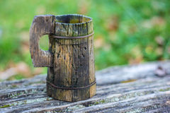 Caneca de madeira tradicional da água do vintage Fotografia de Stock Royalty Free