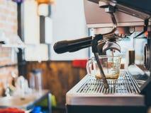 Caneca de medição vazia na máquina do café imagem de stock