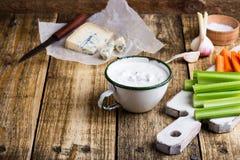 Caneca de molho do mergulho do alho do queijo azul com a vara do aipo e de cenoura Fotografia de Stock