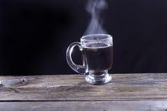 Caneca de vidro clara com café preto foto de stock royalty free