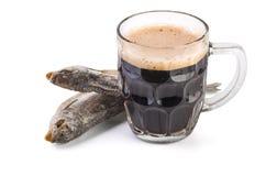 Caneca de vidro com cerveja inglesa marrom e os peixes secados Fotos de Stock Royalty Free