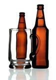 Caneca de vidro e dois frascos da cerveja, isolados Foto de Stock Royalty Free