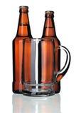 Caneca de vidro e dois frascos da cerveja, isolados Imagens de Stock