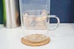 Caneca de vidro transparente com o punho para o chá e o café quentes imagem de stock