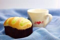 Caneca do bolo e de café branco Foto de Stock