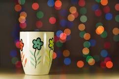 Caneca do chá no bokeh do fundo Foto de Stock Royalty Free