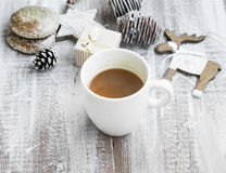 Caneca do chocolate no tempo do Natal com cookies do pão-de-espécie e Orn Fotografia de Stock