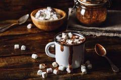 Caneca do metal de cacau com marshmallows Foto de Stock